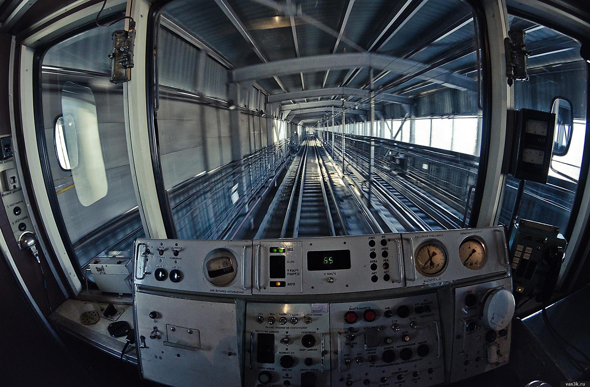 В кабине машиниста по метромосту